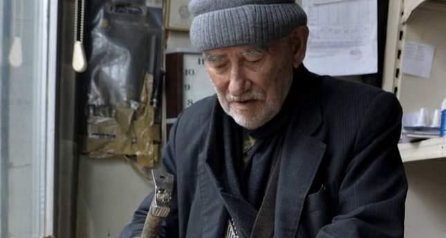 Ardahan'ın en eski arıcısı 93 yaşındaki Ağabey Balcı, artık kovanları oğluna devretse de ilerlemiş yaşına rağmen arı ürünleri sattıkları dükkanda petekler için çerçeve yapmayı sürdürüyor.  Balcı, ilerlemiş yaşına rağmen çalışmasıyla gençlere örnek oluyor. ( Günay Nuh - Anadolu Ajansı )