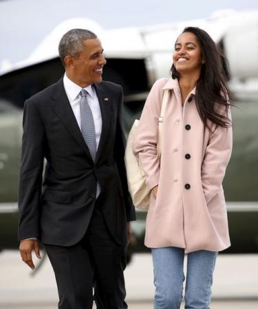 الرئيس الأمريكي باراك أوباما وابنته ماليا يخرجان من طائرة القوات البحرية مارين 1 إلى طائرة الرئاسة الأمريكية في مطار أوهارا بشيكاجو يوم 7 ابريل نيسان 2016, تصوير كيفن لامارك - رويترز.