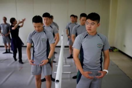 جنود في كوريا الجنوبية يشاركون في صف للباليه في قاعدة عسكرية قرب المنطقة منزوعة السلاح التي تقسم شبه الجزيرة الكورية يوم الأربعاء. تصوير كيم هونج جي - رويترز