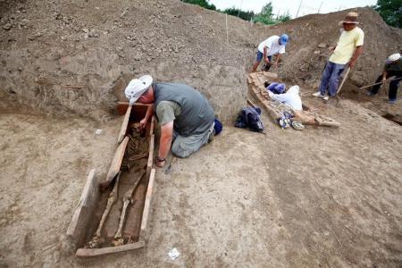 علماء آثار يعملون في موقع يبعد نحو 100 كيلومترا شرق بلجراد يوم الاثنين. تصوير: ديوردجي كيادينوفيتش - رويترز.
