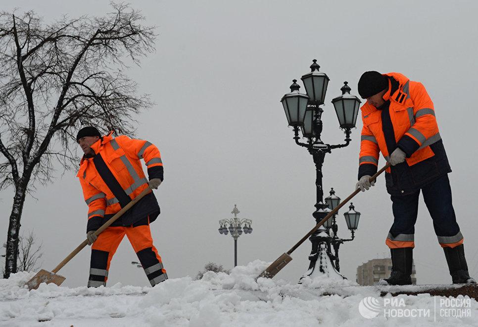 К утру понедельника с улиц города было убрано порядка 200 тысяч кубометров снега.