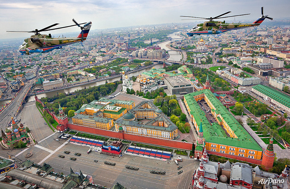 """Пилотажная группа """"Беркуты"""" над Красной площадью в Москве."""