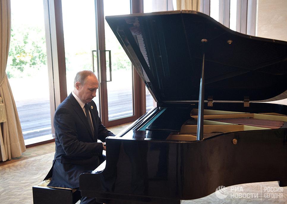 """В ожидании встречи с Си Цзиньпином Путин сел за рояль и наиграл мотив песни """"Московские окна"""", а также мелодию """"Города над вольной Невой""""."""