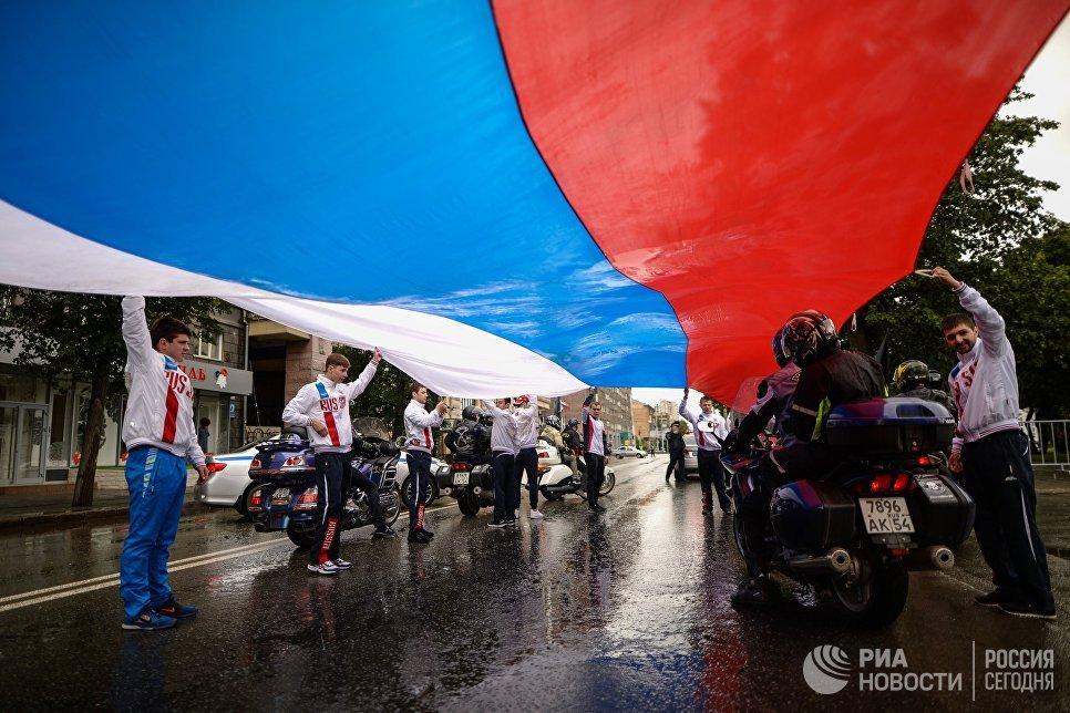 В гуляниях принимают участие и взрослые, и дети. На фото - участники праздничного митинга в Новосибирске.