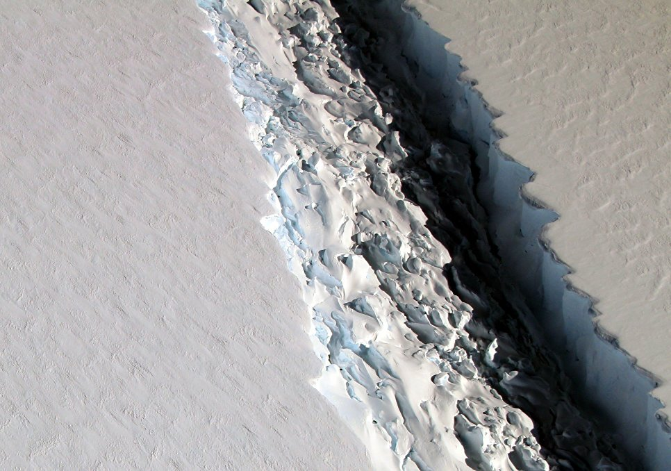 Причиной этого массового таяния ледников, как предполагают ученые, было усиление Эль-Ниньо, климатического феномена в тропической части Тихого океана, связанного с характером движения течений. Активизация Эль-Ниньо приводит к росту температур в умеренных и приполярных широтах.