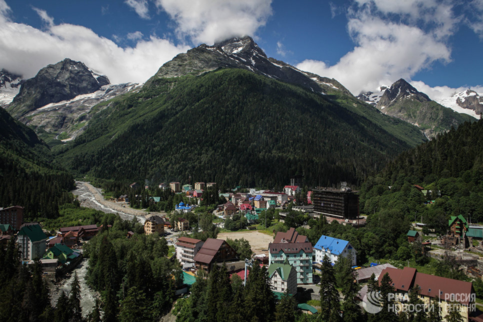 Домбай, прежде всего как центр зимнего горнолыжного спорта, является одним из самых популярных туристических направлений в России.
