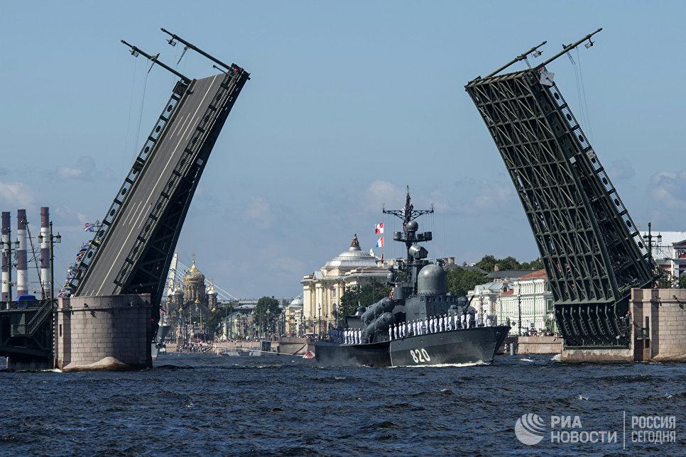 """Ракетный катер """"Чувашия"""" во время репетиции парада, посвященного Дню Военно-Морского Флота, в Санкт-Петербурге."""
