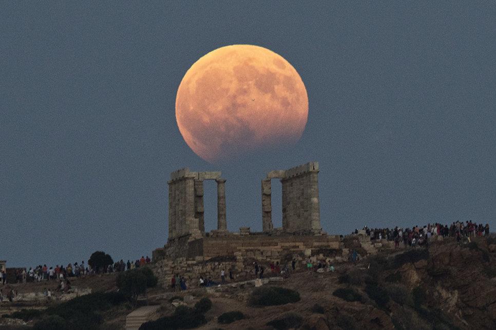 Частичное затмение Луны произошло вечером 7 августа. Луна в этот момент находилась на юго-западной части горизонта.