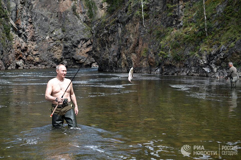 """В коротком походе, там, где глубины были небольшие, Владимир Путин использовал глиссер """"Пиранья"""", совершал пешие и на квадроциклах переходы по горам."""