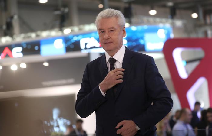 MOSCOW, RUSSIA - JULY 6, 2017: Moscow Mayor Sergei Sobyanin attends an exhibition as part of the 2017 Moscow Urban Forum at the VDNKh Exhibition Center. Sergei Savostyanov/TASS  Ðîññèÿ. Ìîñêâà. 6 èþëÿ 2017. Ìýð Ìîñêâû Ñåðãåé Ñîáÿíèí âî âðåìÿ îñìîòðà âûñòàâêè â ðàìêàõ Ìîñêîâñêîãî óðáàíèñòè÷åñêîãî ôîðóìà - 2017 íà ÂÄÍÕ. Ñåðãåé Ñàâîñòüÿíîâ/ÒÀÑÑ