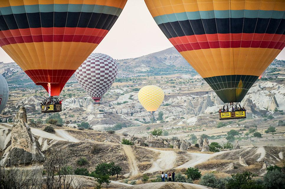 Воздушные шары пролетают над Каппадокией, Восточная Турция.