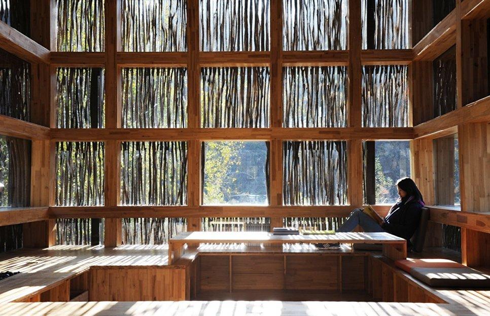 При этом фасад отлично пропускает свет, благодаря чему внутри невероятно уютно и комфортно читать.