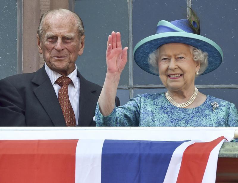 الملكة إليزابيث الثانية ملكة بريطانيا مع زوجها الأمير فيليب - صورة من أرشيف رويترز