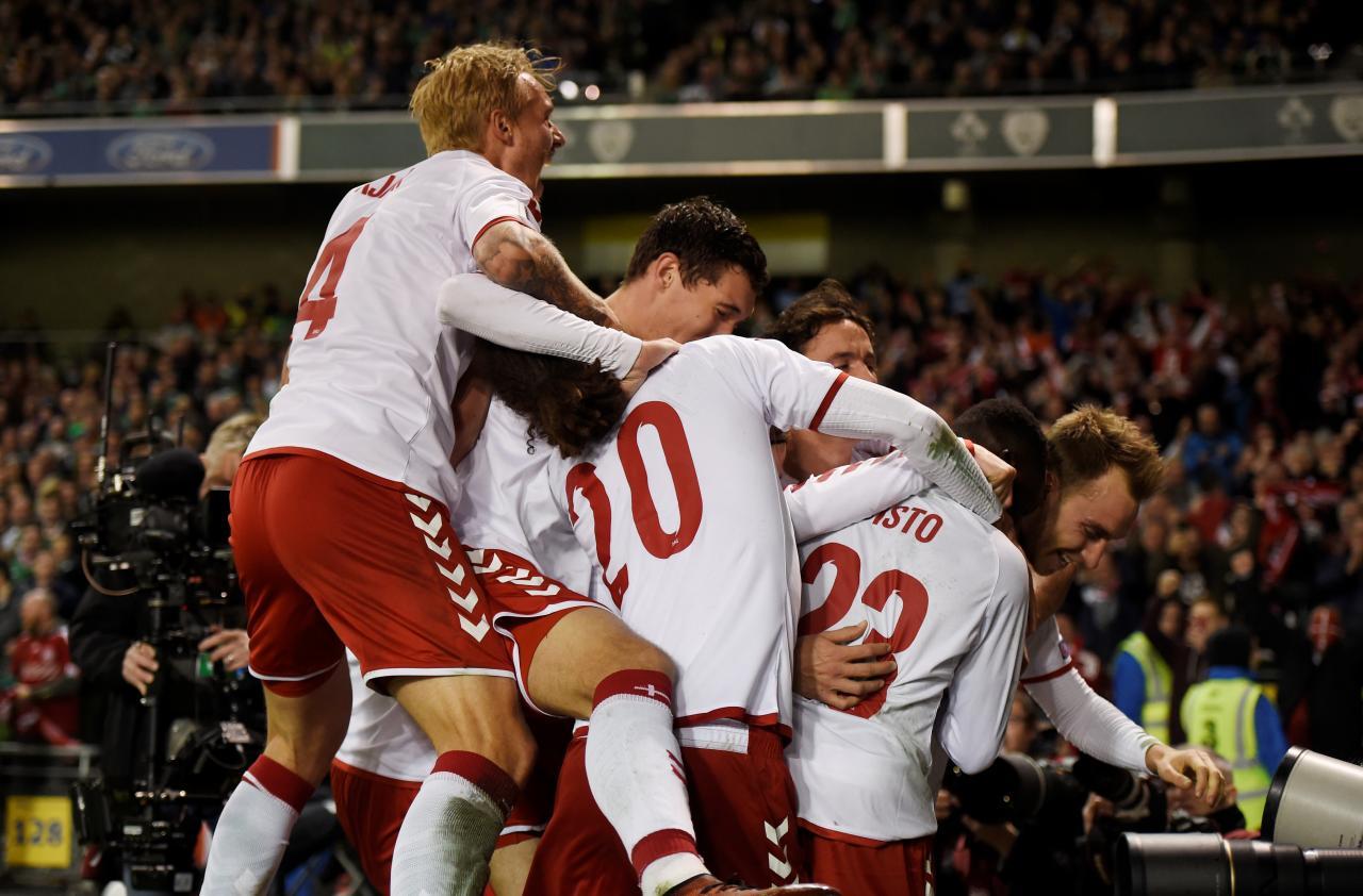 لاعبون من منتخب الدنمرك يحتفلون بتسجيل هدف في شباك ايرلندا خلال مباراة الفريقين بإياب ملحق تصفيات كأس العالم لكرة القدم يوم الثلاثاء. تصوير رويترز.